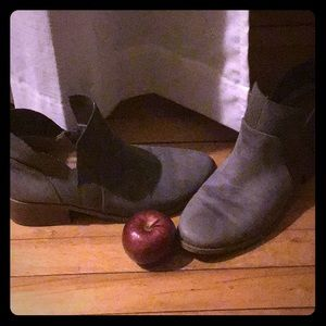 AMERICA EAGLE BOOTIES, grey with tan heal